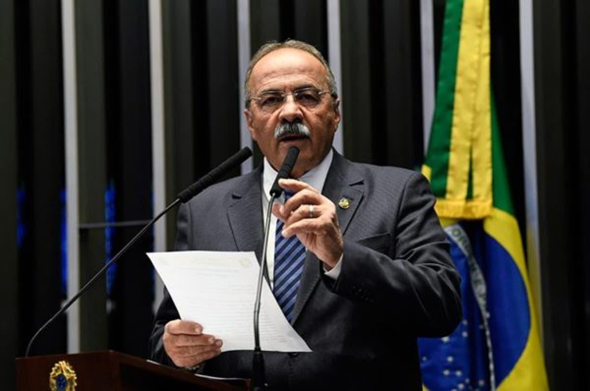 Senador flagrado com dinheiro na cueca chama Bolsonaro de 'grande líder' e diz que provará inocência