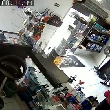 Vídeo mostra suspeito morto em confronto com PM assaltando loja de celulares no São Braz