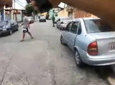 Homem espanca a mãe, tenta matar policial a facadas e leva tiro na perna; veja o vídeo