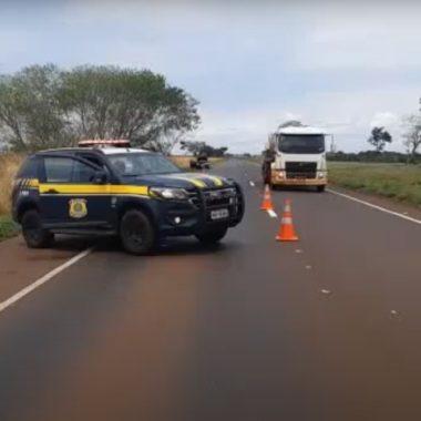 FATAL – Caminhão carregado com sal capota e mata trabalhadores esmagados na BR 364 próximo a Porto Velho