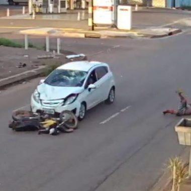 IMPRESSIONANTE: Assista o momento em que motociclista é lançado a vários metros após ser atingido por carro – VÍDEO