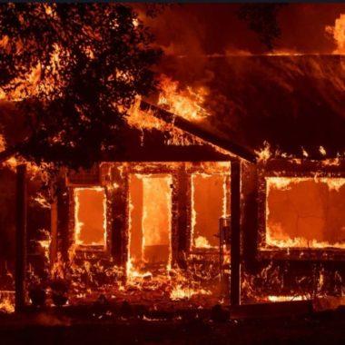 Torcedores ateiam fogo na casa de jogador com toda família dentro
