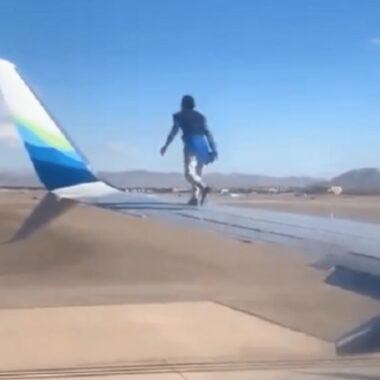 Homem surta e sobe na asa do avião minutos antes da decolagem; veja vídeo