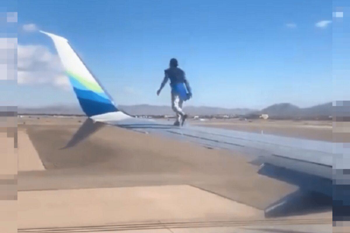 Homem surta e sobe na asa do avião minutos antes da decolagem