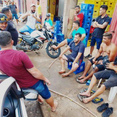 Sem perder a essência, vereador eleito 'bate pelada', 'travinha' em rua da capital