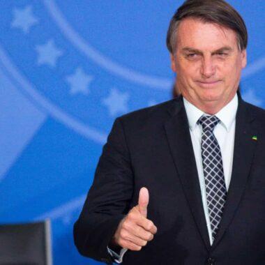 Bolsonaro pede 'calma' a quem acusa o governo de estar atrasado na vacinação