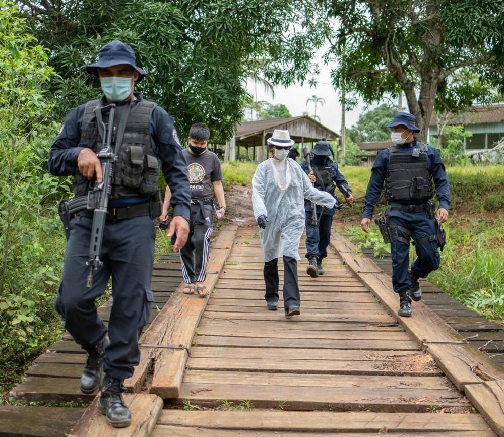 Servidores da saúde são escoltados pela polícia para levar vacinas da Covid-19 em aldeia indígena de RO