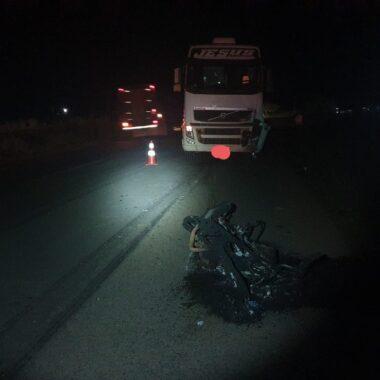 Motociclista morre ao ser atropelado por semirreboque na BR-364 em RO